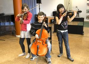 Musik är roligt tycker Sara Eriksson, Isak Haikola och Mali Ljungberg Chailom.