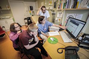 Lotta Galin med sonen Mike Ramsell tittar på Mikes kurvor sedan förra besöket på barn- och ungdomsmottagningen på Östersunds sjukhus. Läkarna Anna-Lena Fureman och Love Brande hjälper till med att analysera siffrorna.