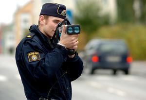 I framtiden kan polisen komma att använda elektromagnetisk puls för att få stopp på fordon i trafiken. På bilden syns en vanlig laserkamera som används för att mäta hastighet.