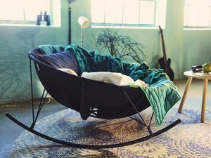 Marcus Arvonen vill utmana vårt vanliga sätt att möblera vardagsrummet, med en soffa vänd mot tv:n.