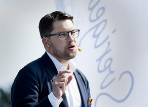 Sverigedemokraternas partiledare Jimmie Åkesson valde att kyla ned flörten till förmån för partiets isolationistiska och Rysslandsrelativiserande flygels önskan att säga nej till värdlandsavtalet.