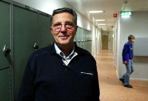 Nyrenoverad skola med allt färre elever. Rektor Bruno Granlund hoppas att närliggande skolor flyttar sina sjätteklasser till Nivrenaskolan för att fylla lokalerna.