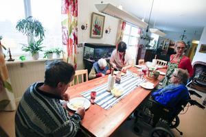 Här serveras varje dag gemensam lunch till de som önskar.