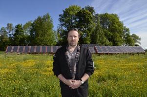 Eget bygge. Solpanelerna har Mats Liljemark på Bröttorps gård utanför Fjugesta köpt från Kina och installerat själv. De har gjort att energiförbrukningen har minskat rejält och nu kommer folk med elbilar och tankar gratis på hans gård.