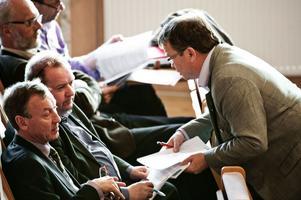 Göran Engström (C), Jan Wiklund (M) och Clas Jacobsson (M) i samråd under landstingsmötet