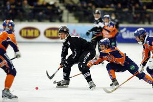Bollnäs Pär Törnberg försöker stoppa Sandvikens Daniel Mossberg i ett av många SAIK-anfall.