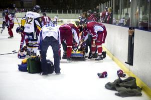 Maximilian Sundqvist blev liggandes på isen efter den svåra tacklingen.