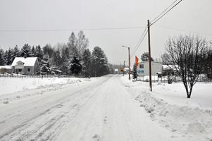 Länsväg 301 genom Dalfors med lanthandeln till höger. Foto: Arkiv.