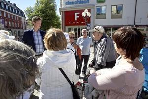 Pensionärer debatterar busstrafik med Joakim Storck (c)