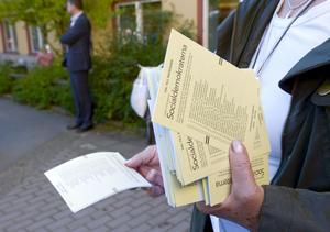 Partierna får inte längre dela ut valsedlar vid vallokalerna.