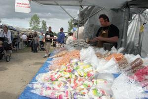 Magnus Kolterjahn säljer brända mandlar. Han upplever trots det rekordstora besökarantalet att det är något lugnare än tidigare år. Humöret är ändå på topp.