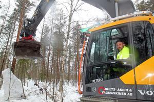Grävmaskinisten Peter Jonasson ser till att fylnadsmassorna hamnar på rätt ställe.
