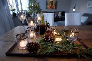 Ett stämningsfullt bordsarrangemang att ta efter till nästa jul kanske? Hos Pernilla är pyntet nedtonat och naturligt.