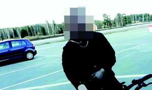 En screenshot från en film visar hur 22-åringen har på sig den Fjällräven-jacka vars knappar polisen sedan hittar i en eldtunna. Han har även på sig luvtröjan som aldrig hittas.Foto: Polisens förundersökning