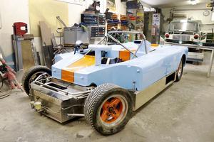 Tävlingsbilen har fått ny monocoque och plastpanelerna är omlackerade.