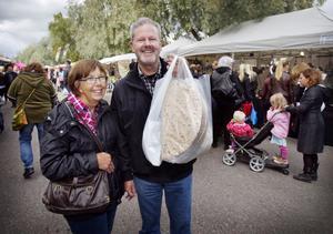 Dolve och Maj Lönngren från Bollnäs gillar att gå på marknad och tyckte att allt utom regnskurarna var bra.