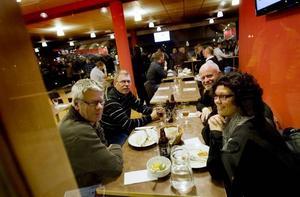 """MIDDAG. Kent Sundström, Kenneth Eriksson, Svante Eskilsson och Kerstin Sundström har ätit middag i restaurangen innan Saik-matchen på torsdagskvällen. """"Det är lite annorlunda att gå på bandy nu, man är ju van att stå i moonboots"""", säger Kent."""