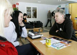 Ungdomsledare Lasse Nyrén från Verkstäderna försöker övertala Tove Hellström och Jenny Halvardsson att köra en låt.