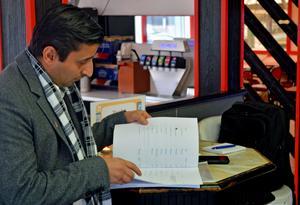 Tarek Malak hoppas ännu på politikerna. Många har skrivit sina namn på protestlistorna.