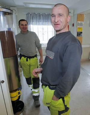 Michael Czernikowski och Pablo Strepek har just ätit lunch 10 på förmiddagen och tar en kaffe innan de går ut och jobbar igen. De är två av 60 polacker som just nu jobbar i Hissmofors.