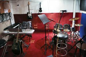 På boendet Björkebo finns personal som är musiker och ett musikrum är inrättat i källaren där de boende kan spela tillsammans.