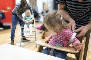Tove och Juno (två och tre år gamla) fick prova stolarna för att ta reda på hur lätt det är att sätta fast och lyfta ur dem ur stolarna.