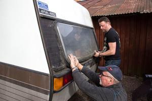 Husvagnen har några år på nacken men gick genom senaste besiktningen utan anmärkning, berättar Ronnie Sundqvist som försöker få en ny ruta på plats tillsammans med sin far Lars.