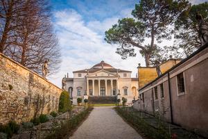 Villa Capra utanför Vicenza påbörjades 1566 av Andrea Palladio. Byggnaden, som även kallas Villa Rotonda, är ett stort turistiskt dragplåster.