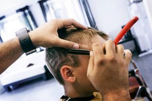 Caglayan Calisar gör blixtar i sexårige Filip Nordbotns hår.Foto: Emma BlombergCaglayan Calisar klipper till Filip Nordbotn, 6 år, som har beställt ett mönster i form av blixtar på sidorna.