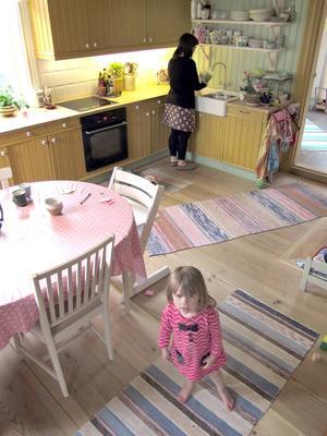 Köket är både ombonat och personligt. Med milda kulörer i gult, grönt och rosa och öppna ytor att leka på.