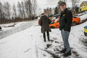 Anders Holmqvist håller inte med om att det är skrotbilar. – Det är reservdelsbilar, säger han.