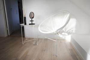 Stolen i sovrummet kastar fina skuggor på väggen.