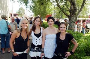 Dansbandet Face-84. Josefine Hansson spelar bas, Emma Karlsson, gitarr och dragspel, Sara Carlsson, keyboard och Sofia Helgesson spelar trummor. Alla fyra i bandet sjunger. Foto: BÖRJE GUSTAFSON