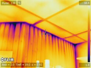 Det blålila ljuset visar att det kommer in kall luft. Vilket är ett tecken på att det kan vara dåligt isolerat i taket. Det gula ljuset visar däremot värme.