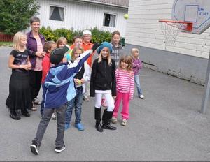 Läraren Åsa Ekerlid basade för en av kontrollerna under första skoldagens gemensamhetsaktiviteter där det gällde att kasta en tennisboll i basketkorg. Erik Tronde svarade för mästerkastet på bilden.