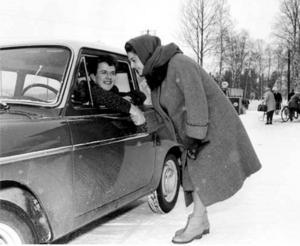 Sedan tidningen Bildjournalen uppmärksammat Kurt Henningsson och olyckan anordnade tidningen 1960 en tävling där Kurt plötsligt stod ägare till en bil. En Austin A40 Futura. Den berömda sångerskan Ingeborg Nyberg skänkte vid ett besök i Hedeviken sin bil till honom.
