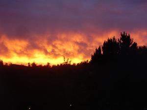 Ingen skogsbrand, men en fantastisk solnedgång från Svanågatan mot Skultuna den 14 juli 2011.