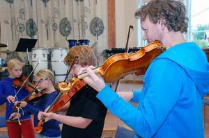 Ljuv fiolmusik signerad från vänster Alma Jonsson, Nelli Nääs, Pontus Bond och Erik Berg.