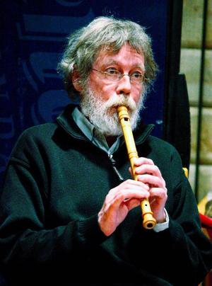 Calle Hernmarck spelar flöjt och mungiga, lyra och trummor, dessutom gör han rollen som den jämtländske runristaren Tryn