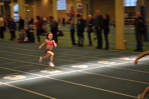 Altea Mellberg, 6år, springer 60m slätlöpning i VF cupen. Altae tränar och leker med kompisarna i träningsgruppen Aroskämparna i Västerås Friidrottsklubb. Att springa är sann lycka för pigga barn.