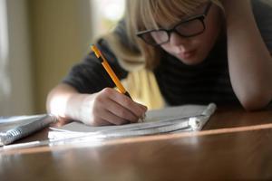 Barn från 8 till 19 år med synnedsättning ska få gratis glasögon, föreslår regeringen.