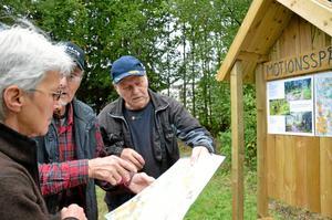Svampskog. Gunnel Dahlkvist, Sigurd Hallor och Hans-Erik Johansson berättar att det är en kalkrik skog.