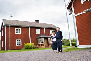 Eva och Hans-Olof Andersson bor nästan som i ett museum. Hela gården är så välbevarad att den lyfts fram som något av Gästriklands mostvarighet till de berömda hälsingegårdarna. Huset till höger är det nyare bostadshuset från 1923, i bakgrunden är gammelgården med anor från 1700-talet.