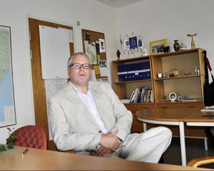 Kommunchef Anders Andersson meddelar att man för säkerhets skull flyttar all verksamhet från Hjalmar Strömerskolans lokaler i morgon.