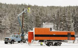 Ett stort extra elverk som Härjeåns el AB hade i Funäsdalen har körts till Rissna för att byn ska få el och vatten.