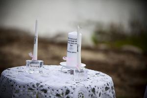 Med hjälp av ett varsitt ljus tände makarna ett stort ljus som en symbol för att de två blir en.