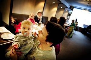 Håkan Flyman med sonen Anton, 8 månader, tycker det är bra miljö på Törners, framför allt är det bra med plats när man har barn.