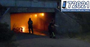 Brandkåren släckte snabbt den brinnande mopeden.