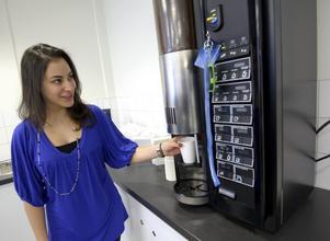 Konkurrenskraftig. Handelsstudenten Charlene Akl visar kaffemaskinen som kan komma att starta ett priskrig på universitetet.