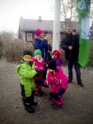 Flaggan hissas på förskolan Gåvan i Mörsil. Här ser vi Emma Söderholm miljöansvarig Gåvan, Anders Dahlén Länsförsäkringar samt barnen Oliver Wiklund, Ella Forsström, Moskie Tekle och Molly Kärntoft.